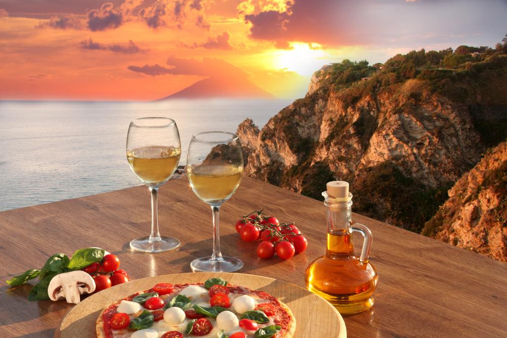 wloska pizza i kieliszki z winem na tle widoku wloch