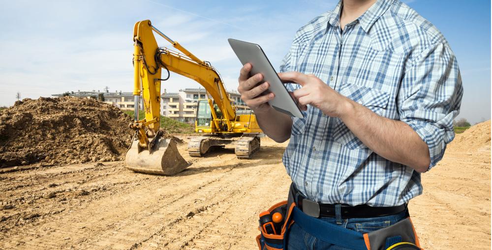 pracownik używa tableta podczas budowy