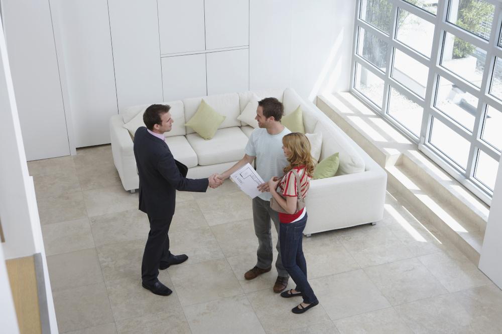 para podpisująca umowę z mężczyzną w domu