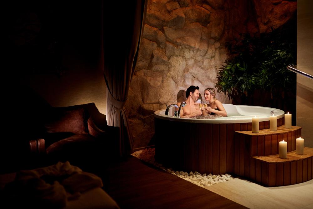 para kąpiąca się w hotelowym jacuzzi