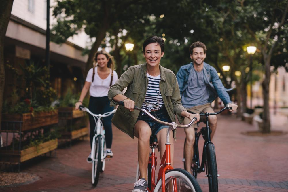 grupa przyjaciół jeżdżąca na rowerach
