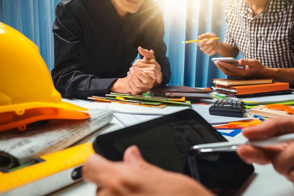 pracownicy siedzący przy biurku i szkolący się