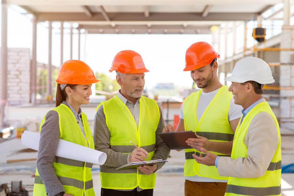 pracownicy którzy odbywają szkolenia bhp na budowie
