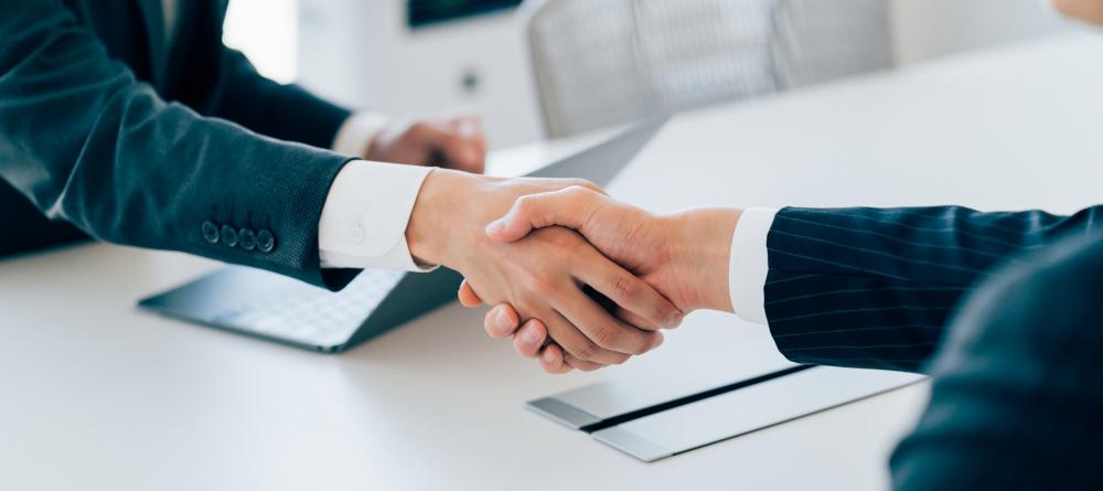 biznesmeni podający sobie dłonie