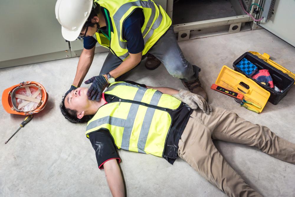 pracownik budowy pomagający poszkodowanemu