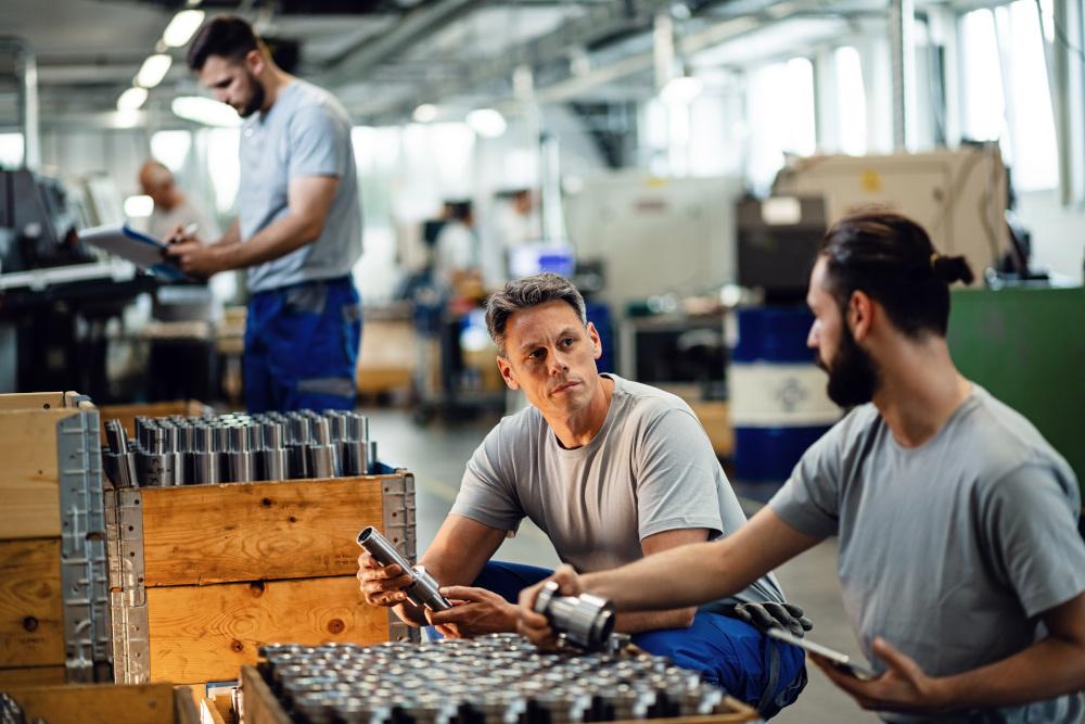 troje mężczyzn pracujący w hurtowni stali