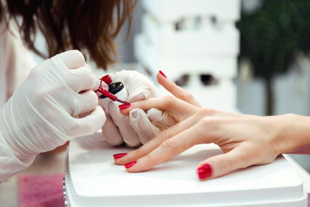 malowanie czerwonym lakierem paznokci